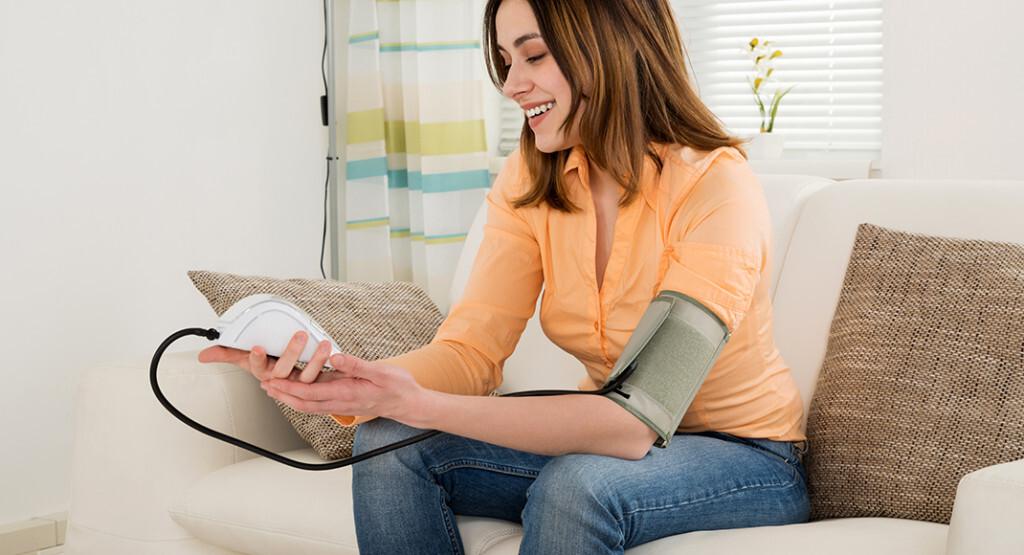 Effektive Blutdruckmessung: Es bietet Vorteile, wenn man selbst den Blutdruck richtig messen kann. © Andrey_Popov / shutterstock.com