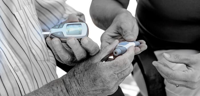 Diabetes Pflege: Weibliche Pflegekraft zeigt älterem Mann, wie man seinen Blutzucker kontrolliert. © Brendan Delany / shutterstock.com