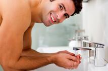 Die Männerhaut sollte immer mit lauwarmem Wasser von Pflegeprodukten befreit werden, um schädigende Rückstände zu vermeiden. © lightwavemedia / shutterstock.com