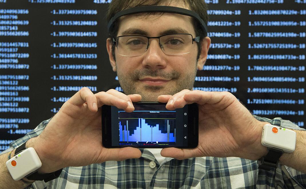 IBM Research Data Scientist Eric Clark erforscht tragbare Technologien, die bei Monitoring und Analyse biologischer Daten von Studienteilnehmern helfen könnten. Pfizer und IBM arbeiten zusammen, um ein Monitoring-System zur Unterstützung von Parkinson-Patienten zu entwickeln. © Feature Photo Service