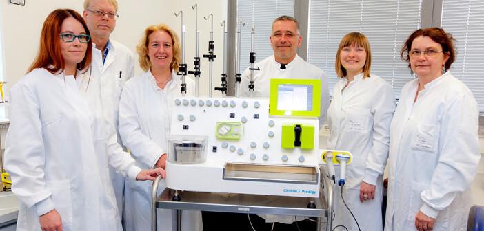 DasFoto zeigt (von links): Jana Leise, Dr. Wolfgang Glienke, Professorin Dr. Ulrike Köhl, Christoph Priesner, Anna-Magdalena Kruel und Dr. Ruth Esser vom Institut für Zelltherapeutika. ©MHH / Kaiser