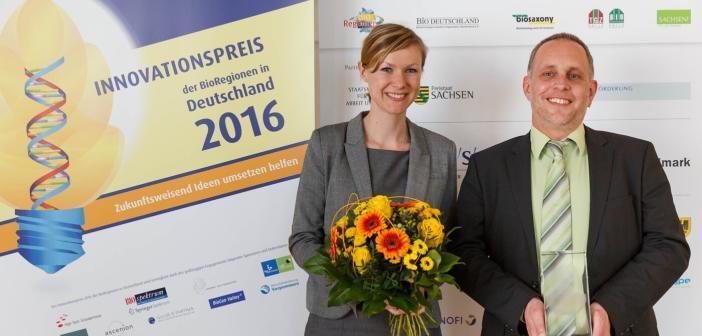 PD Dr. Florian Kreppel und Barbara Eberbach nehmen den Innovationspreis der BioRegionen in Form einer 6,5 kg schweren Glastrophäe entgegen © Bernd Lammel