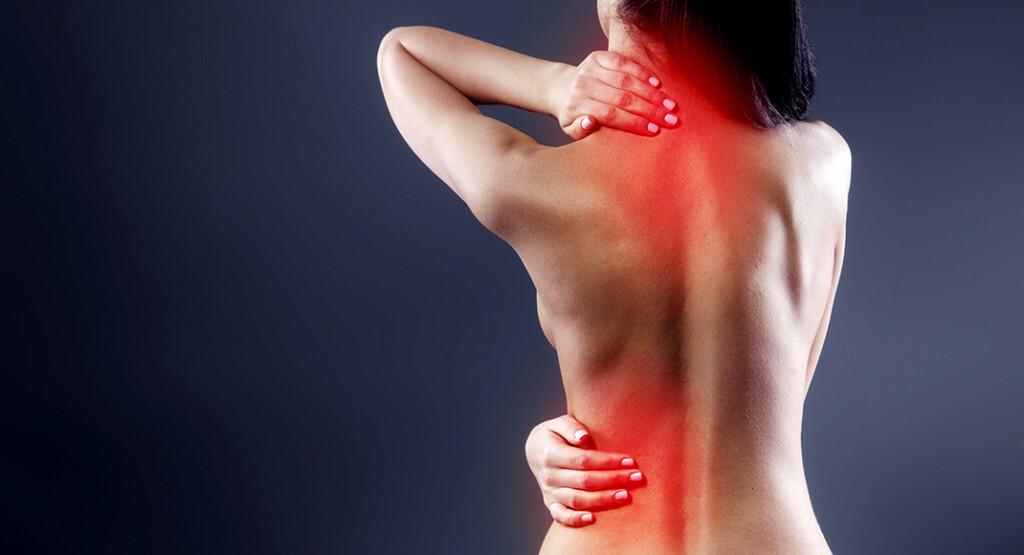 Rückenschmerzen-Ursachen sollten durch eine gründliche Untersuchung abgeklärt werden. Sehr oft liegt eine Axiale Spondyloarthritis, eine chronische Wirbelsäulenerkrankung, vor. © Dima Sidelnikov / shutterstock.com