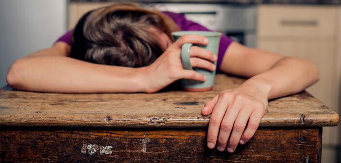 Wenn chronische Müdigkeit mit Erschöpfung, häufig wiederkehrenden Infekten, Bronchitis, Halsbeschwerden, Nasennebenhöhlenentzündungen oder Bauchschmerzen einhergeht, liegt die Vermutung einer versteckten Viruserkrankung nahe. © Lolostock / shutterstock.com