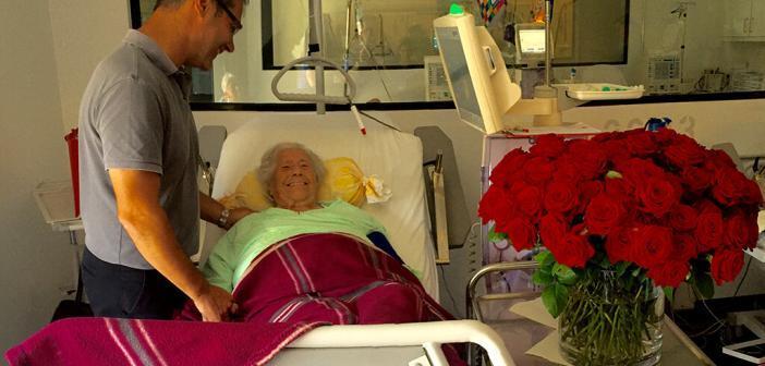 100-jährige Dialysepatientin Maria D. feiert Geburtstag. Dr. Wolfgang Treiber