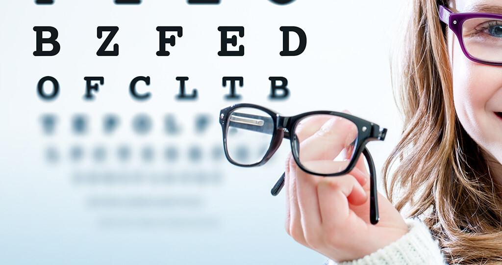 Warum Kurzsichtigkeit bei Kindern aber auch Erwachsenen bei bestimmten Personen entsteht, ist seit vielen Jahren Thema der Forschung. © karelnoppe / shutterstock.com