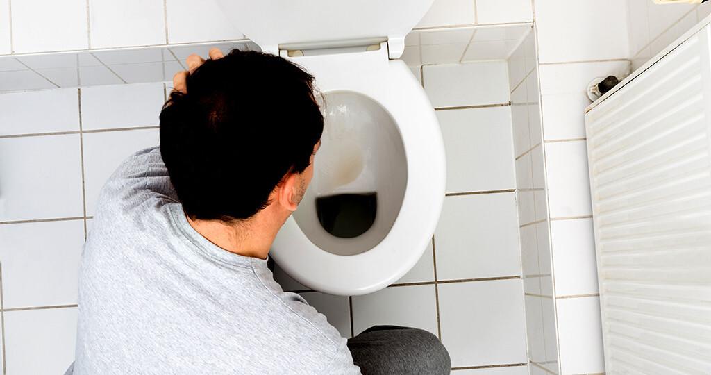 Übelkeit und Erbrechen sind mit einer unangenehmen Empfindung des oberen Verdauungstraktes und mit dem Drang zum Erbrechen assoziiert. © Andrey_Popov / shutterstock.com
