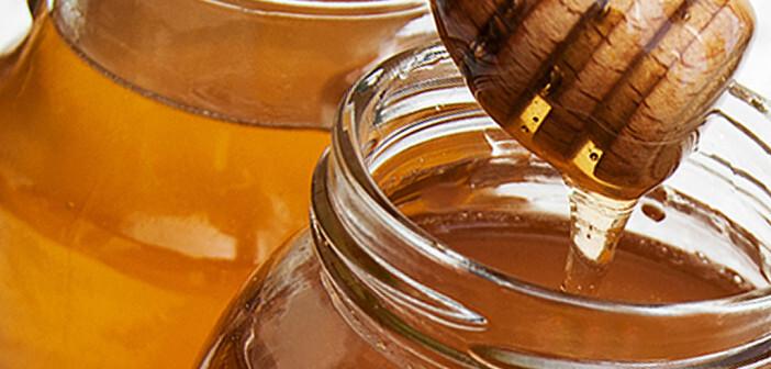 In einer Studie war die Effektivität von Honig gleichauf mit dem in Hustenmitteln gängigen Wirkstoff Dextromethorphan. © almaje / shutterstock.com