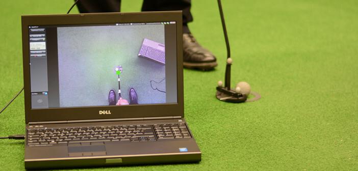 Bei Profi-Golfern ruht das Quiet Eye bis zu drei Sekunden auf dem Ball, bevor sie den Schlag führen. Der Bildschirm zeigt an, wo genau der Blick hängen bleibt. ©CITEC / Universität Bielefeld