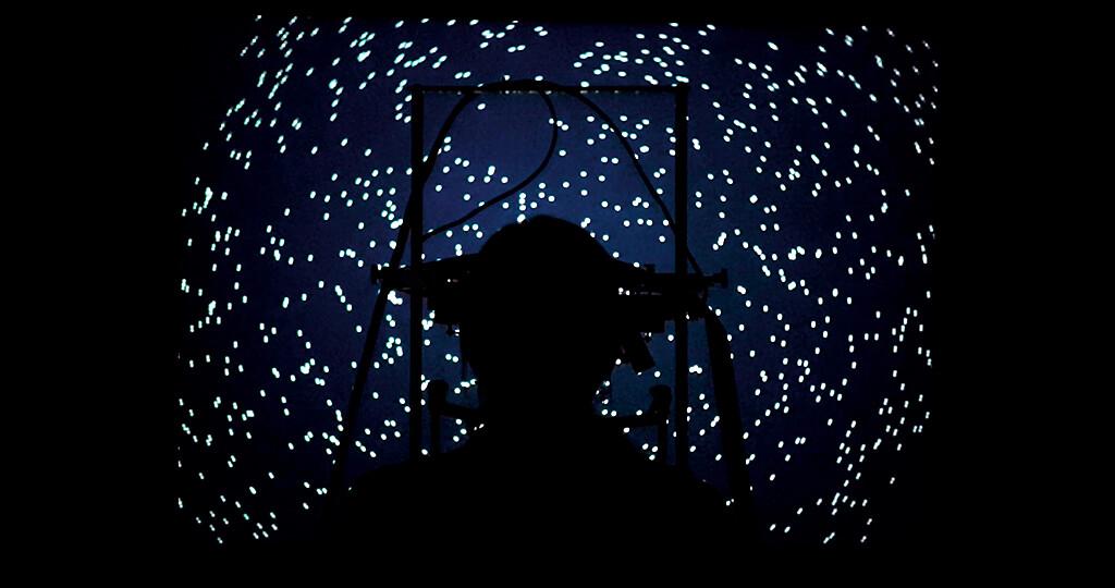 Die Probanden saßen bei der Studie in völliger Dunkelheit und fixierten mit den Augen einen zentralen Punkt, während ein großes Muster aus Lichtpunkten langsam rotierte. © Thier Lab