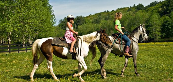 So ist es richtig: Kinder reiten mit Helm sicherer. © SUSAN LEGETT / shutterstock.com