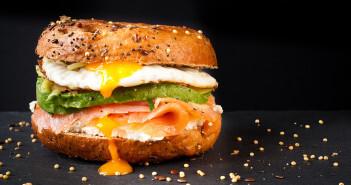 Einfach weglassen, um falsche Ernährung zu vermeiden, kann man die Lebensmittelbestandteile Salz, Zucker und Fett bei den meisten Produkten nicht. © catchasnap / shutterstock.com