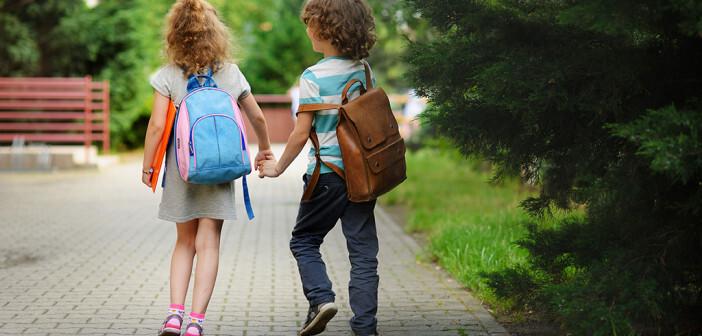 Ein Elternteil sollte beim Schultasche packen dabei sein.© unguryanu / shutterstock.com