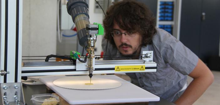 Der Wissenschaftliche Mitarbeiter Daniele Ingrassia aus dem FabLab der Hochschule Rhein-Waal beobachtet das 3D-Food Printing von Schachfiguren. © Hochschule Rhein-Waal