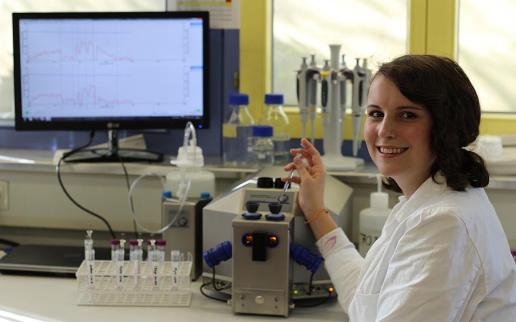 Christina Böck bei der Arbeit im Labor © Universität Ulm