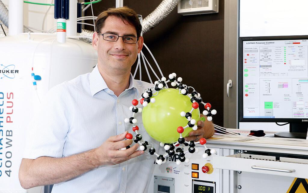 Die Arbeitsgruppe um den Physiker Leif Schröder entwickelt MRT-Verfahren mit einer Art Fluxkompensator. Nun soll sie zur Früherkennung von Parkinson eingesetzt werden. © FMP / Silke Oßwald