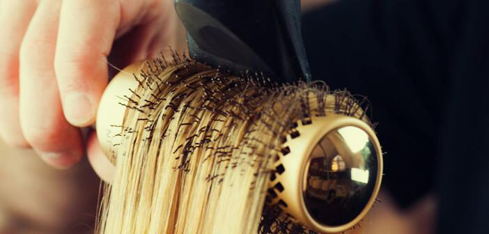 Auch unsachgemäße Dauerwelle oder Haarfärbung sowie zu heißes Föhnen können Störungen des Haarwachstums verursachen. © alekso94 / shutterstock.com