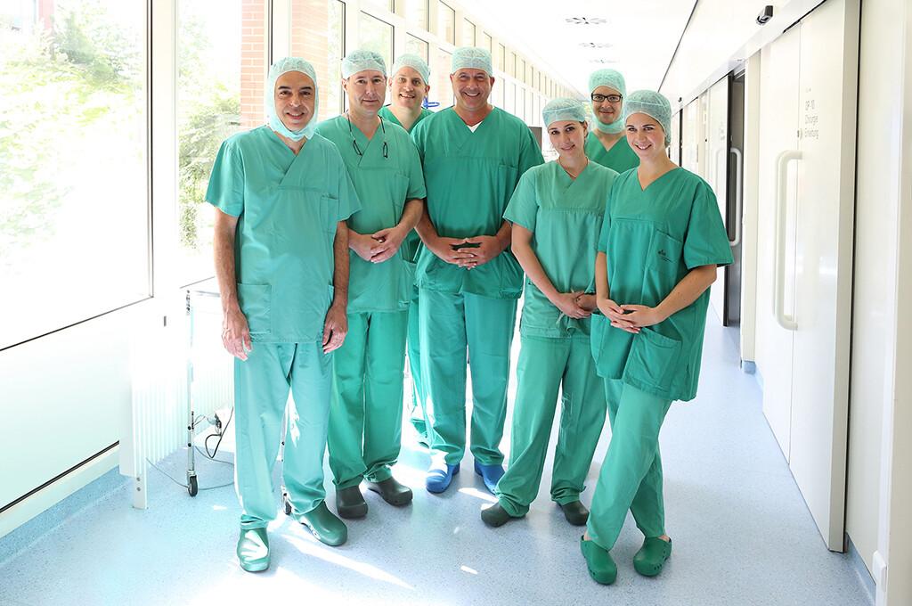 Das erfolgreiche Transplantationsteam der Klinik und Poliklinik für Chirurgie des UKR rund um Professor Dr. Ayman Agha (l.), Professor Dr. Hans Schlitt (2.v.l.) und Professor Dr. Marcus Scherer (4.v.l.). © UKR