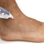 Vorteile der Topika: Bei guter Wirksamkeit ist kaum eine systemische Wirkung zu erwarten, Nebenwirkungen auf den Gastrointestinaltrakt sind vernachlässigbar. © acinquantadue / shutterstock.com