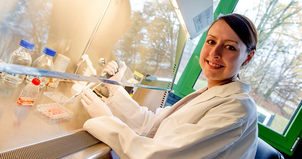 Christine Gottschling hat die Wirkung verschiedener Psychopharmaka auf Hirnnervenzellen untersucht. © RUB / Marquard