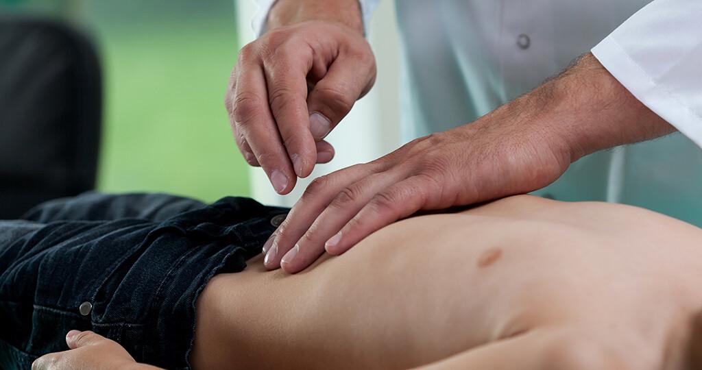 Im Bauchbereich treten Schmerzen bei Kindern sehr häufig auf. © photographee-eu / shutterstock.com
