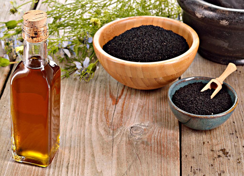 Schwarzkümmelöl biete vielle effektive Möglichkeiten zur Anwwednung für die Gesundheit. © geo-grafika / shutterstock.com