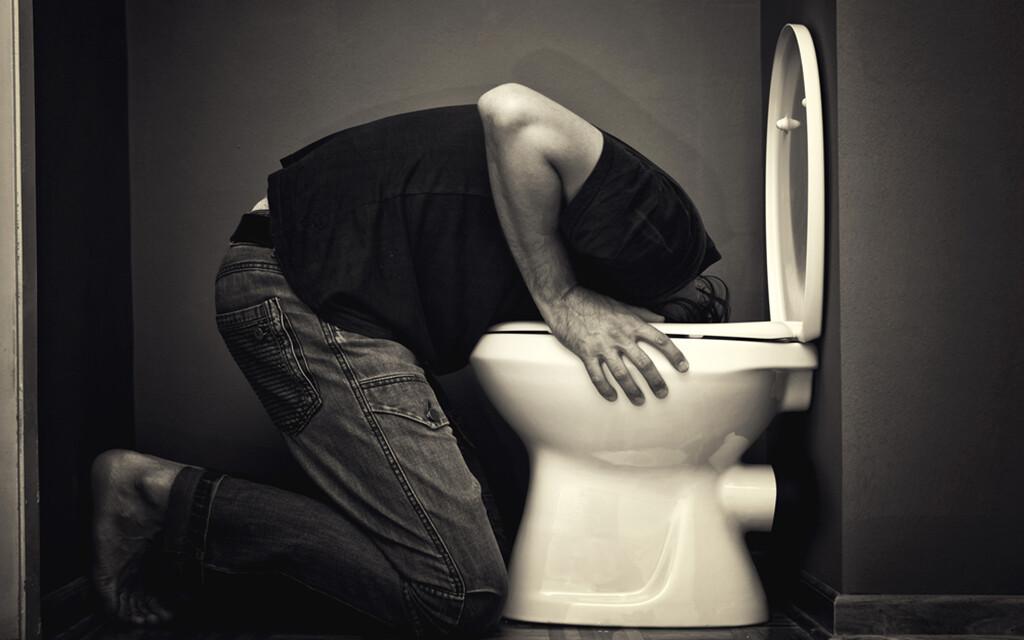 Übelkeit und Erbrechen können bei eher harmlosen Ursachen selbstbehandelt werden. © igorstevanovic / shutterstock.com