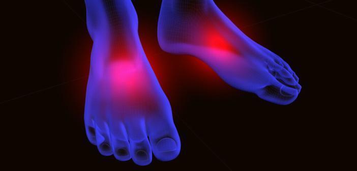 Bei der arteriellen Verschlusskrankheit pAVK treten im Stadium 3 Schmerzen in den Füßen und Zehen im Ruhezustand auf. © carlos castilla / shutterstock.com