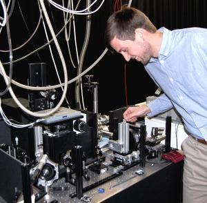 Physik-Doktorand Johannes Maier M.Sc. hat zu den neuen Forschungsergebnissen wesentlich beigetragen. Er ist Mitglied der Bayreuther Graduiertenschule für Mathematik und Naturwissenschaften (BayNAT). © Christian Wißler