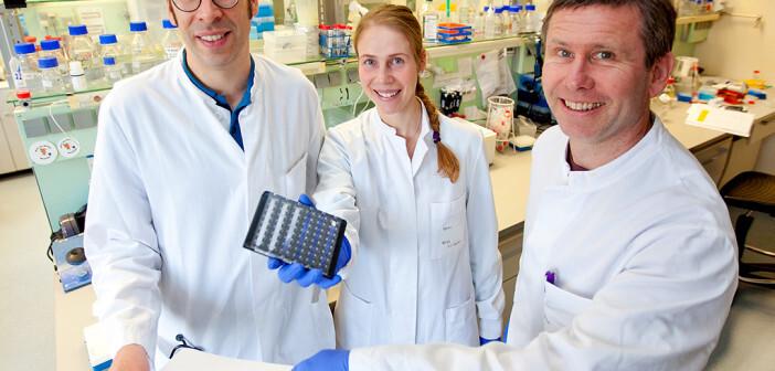 PD Dr. Christian Könecke, Dr. Sarina Ravens und Professor Dr. Immo Prinz (von links) im Labor. © MHH / Kaiser