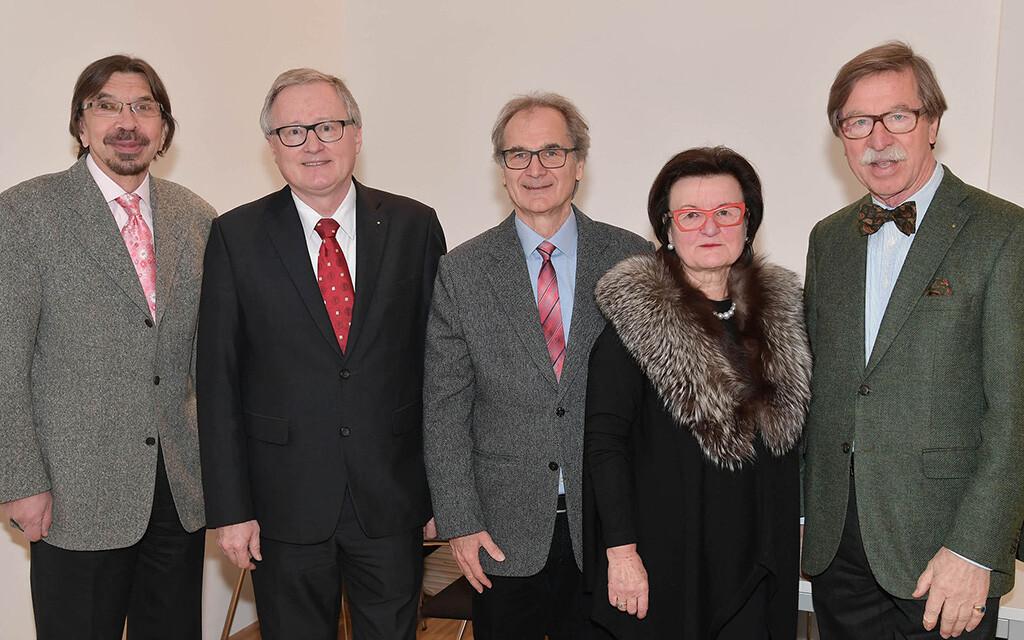 Arzneipflanze des Jahres 2017 der HMPPA (im Bild v.l.): Univ.-Prof. Dr. Christoph Wöber, Univ.-Prof. Dr. Rudolf Bauer, Univ.-Prof. Mag. Dr. Hermann Stuppner, Univ.-Prof.i.R. Mag. Dr. Dr.h.c. Brigitte Kopp, Emer. O. Univ.-Prof. Dr. Chlodwig Franz