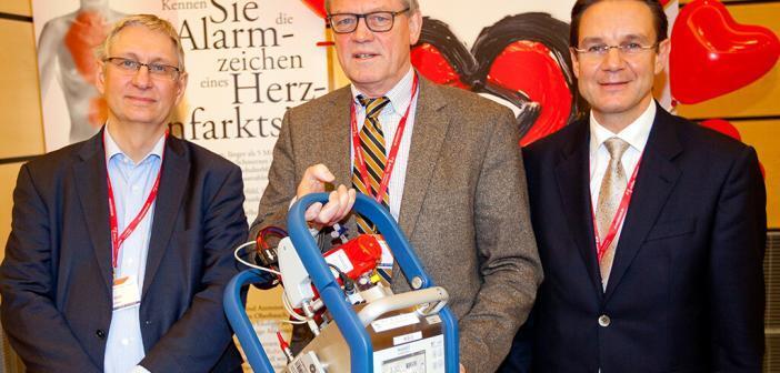 Die Professoren Tobias Welte, Axel Haverich und Johann Bauersachs (von links) mit der tragbaren Variante einer ECMO. © MHH / Kaiser