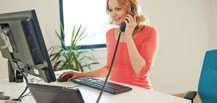 Es gibt viele Gelegenheiten, während der Arbeit aufzustehen - zum Beispiel beim Telefonieren. © djd / medi