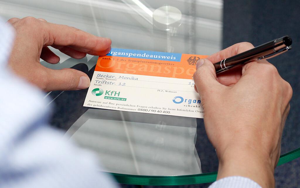 Organspende pro oder kontra? Im Organspendeausweis kann jeder zu Lebzeiten seine Entscheidung dokumentieren, so dass der Wille im Todesfall berücksichtigt werden kann. Ein Organspendeausweis steht auf www.kfh.de zum Download zur Verfügung.