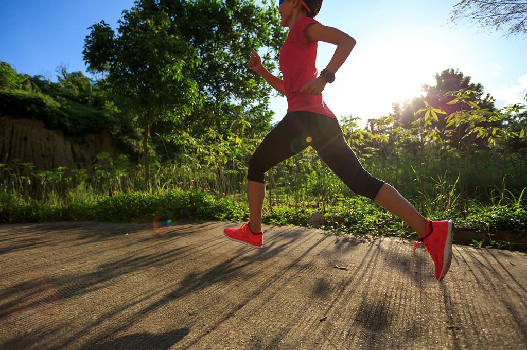 Ausgreifende Schritte stellen eine unnötige Belastung für die Beine dar, denn durch sie wird der Aufprall beim Auftreten umso härter. © lzf / fotolia.com
