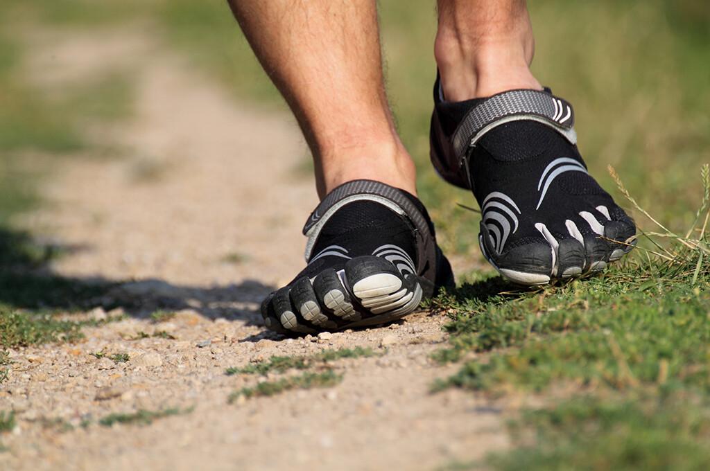 Zehenschuhe, Minimalschuhe oder Barfußschuhe – sie alle sollen zur Stärkung von Füßen und Beinen und damit zur Senkung des Verletzungsrisikos beitragen. © piranha13 / fotolia.com
