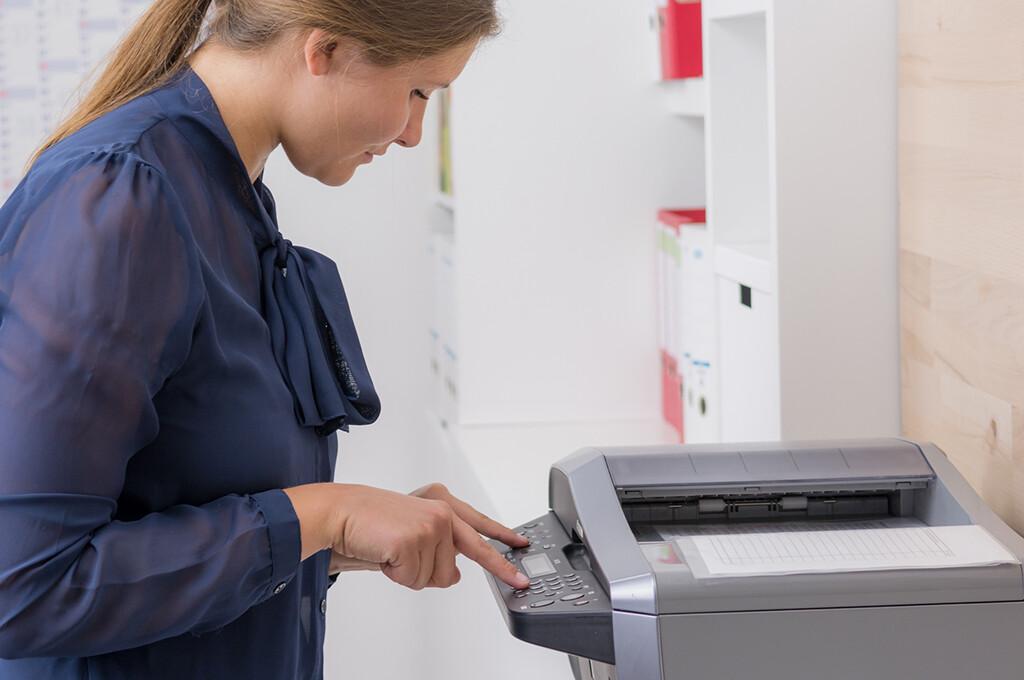 Moderne High-End Maschinen, Recyclingpapier und entsprechende Zertifizierungen gehören in immer mehr Unternehmen mittlerweile zum Standard. © Picture-Factory / fotolia.com