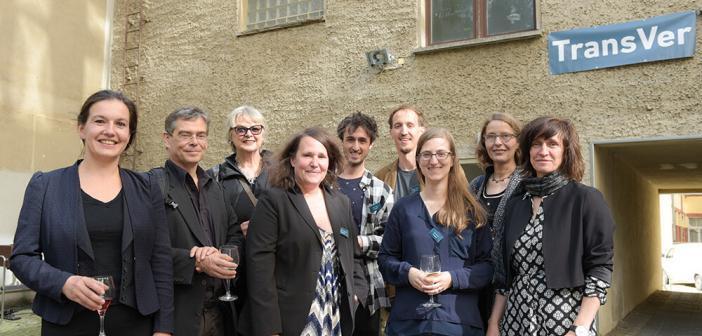 Projektstart Transfer: Das Team unter der Leitung von Dr. Simone Penka (4. v.l.) und Prof. Dr. Andreas Heinz (2 v.l.). © Charité / Peitz