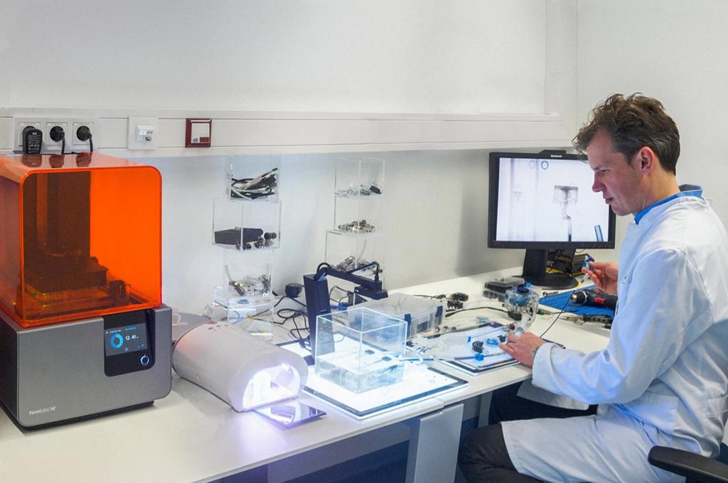 Dr. Kemmling testet in seinem 3D-Drucklabor OP-Instrumente am 3D-gedruckten Aneurysma eines Patienten.