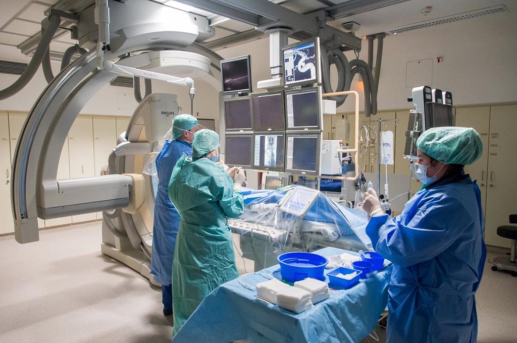 Im OP-Saal: Dr. Kemmling und sein Team behandeln ein Aneurysma nach Testläufen an einem Modell aus dem 3D-Drucker.