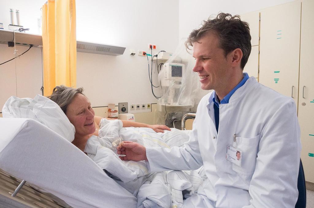 Dr. Kemmling und Patientin Christine Milius beim Betrachten ihres 3D-gedruckten Aneurysma nach erfolgreicher Behandlung.