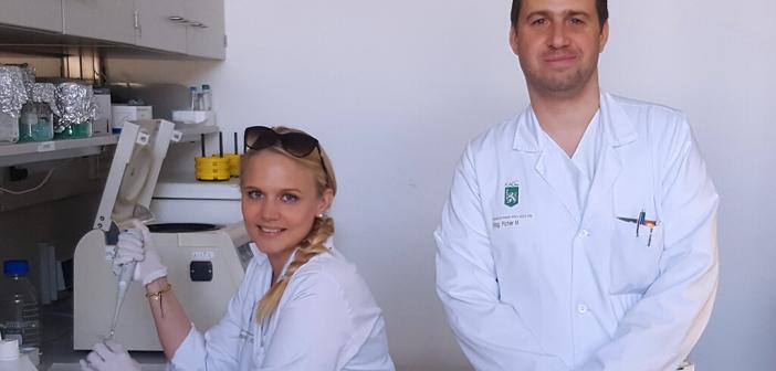 Dr. Verena Stiegelbauer und Assoz.-Prof. PD Mag. Dr. Martin Pichler im Labor © Med Uni Graz