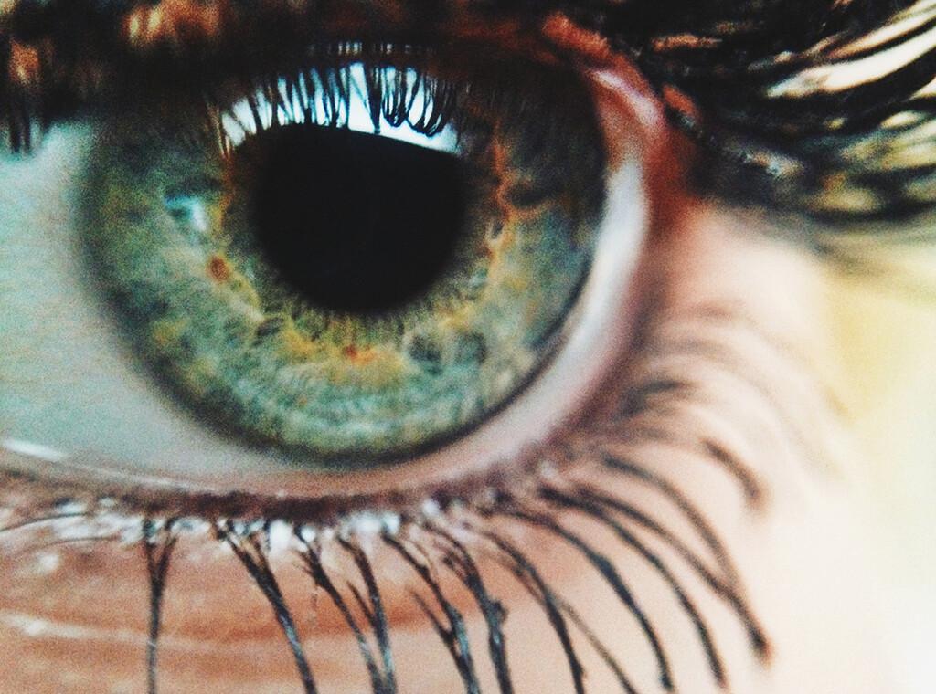 Schärfer als jeder Kamera-Sensor, lichtstärker als jedes Objektiv. Das Auge ist eine echte Krönung aller Schöpfungen im menschlichen Körper. © Foap.com / fotolia.com