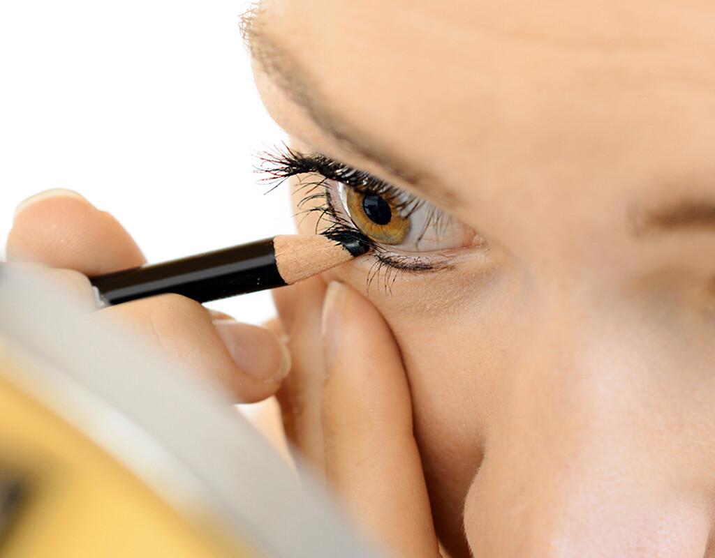 Besonders Kajalstifte sind für das Auge äußerst riskant. Farbpartikel gelangen immer ins Auge und ein Blinzeln kann schwere Schäden verursachen. © Dan Race / fotolia.com