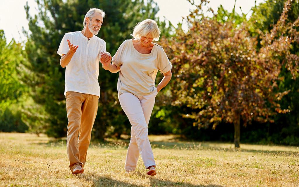 Bewegung im Alter ist wichtig für Knochen- und Gelenkgesundheit. © Robert Kneschke / shutterstock.com