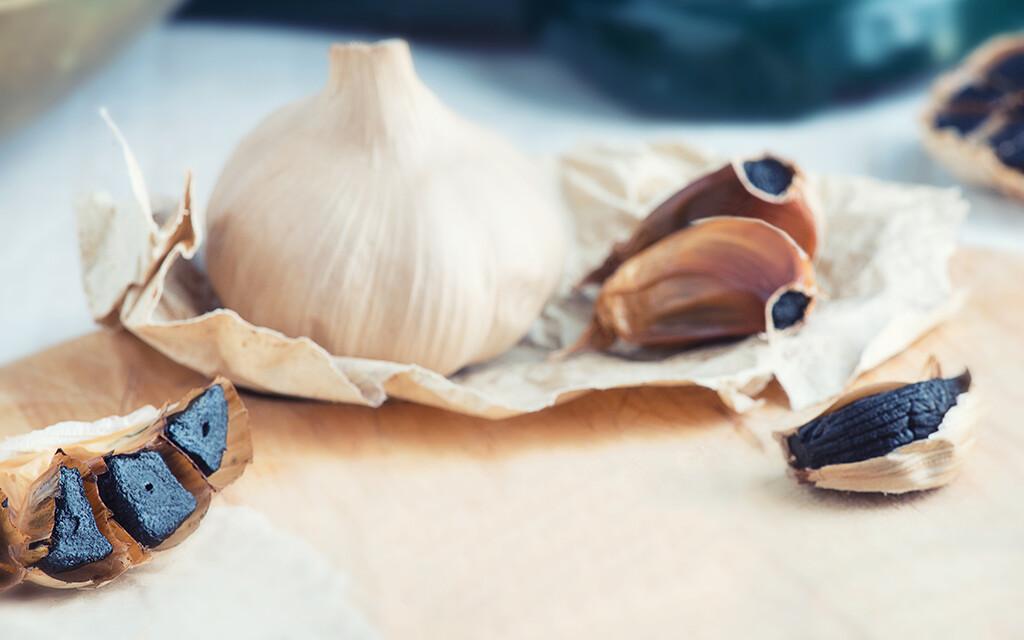 Schwarzer Knoblauch senkt soll zu hohen Blutdruck und das Herz-Kreislauf-Risiko senken. © Deborah Lee Rossiter / shutterstock.com