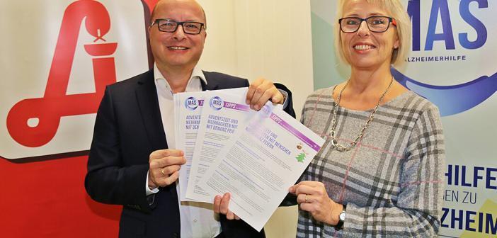Info-Blatt zum Advent feiern: Edith Span (GF MAS Alzheimerhilfe), Thomas Veitschegger (Präsident OÖ Apothekerkammer). © MAS Alzheimerhilfe / Hörmandinger