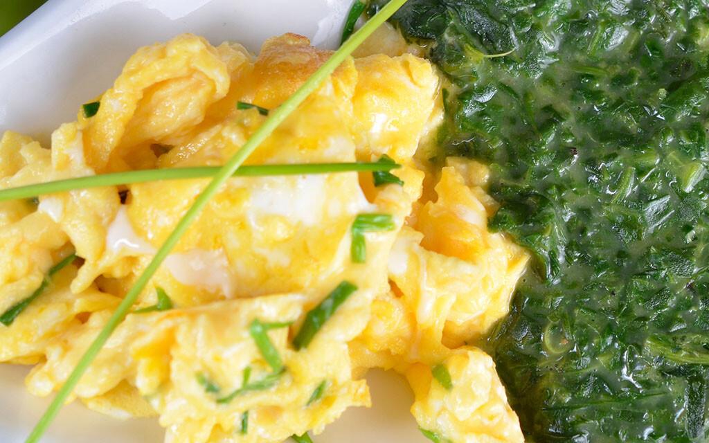 Rührei mit Spinat gehört zu den empfohlenen FODMAP-armen Mahlzeiten. © stefansonn / shutterstock.com