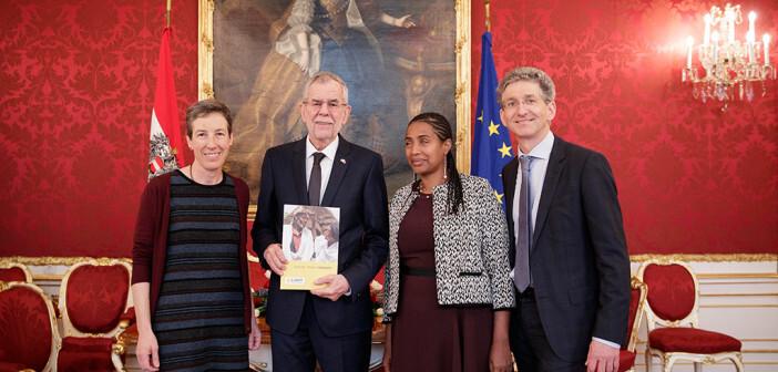 Yetnebersh Nigussie von Licht für die Welt diskutiert mit Bundespräsident Alexander van der Bellen. © Peter Lechner