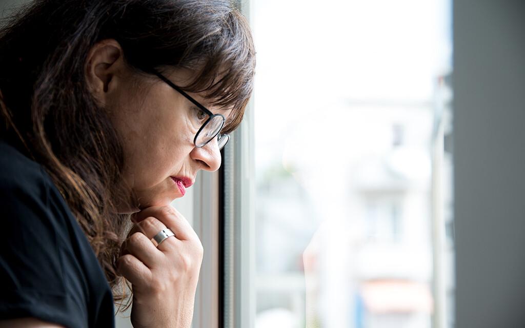 Frau am Fenster © Krebsinformationsdienst / DKFZ